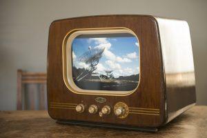 Vintage televisie met een modern beeldscherm