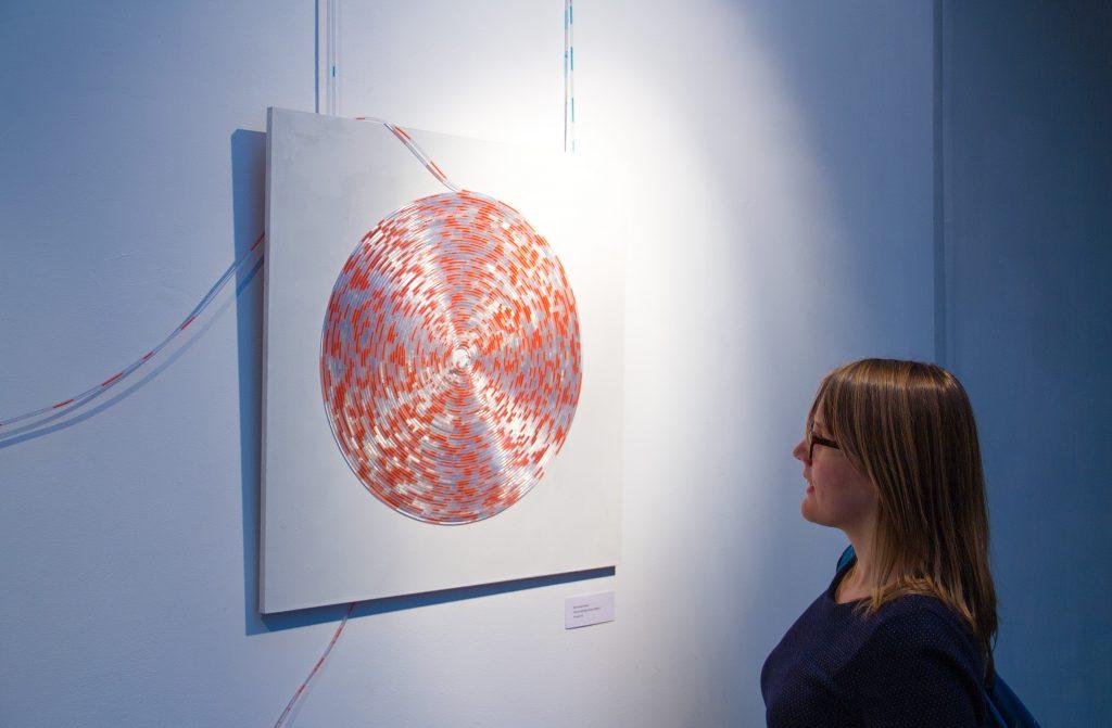 Pixels recyclen in vloeistof-kunstwerk