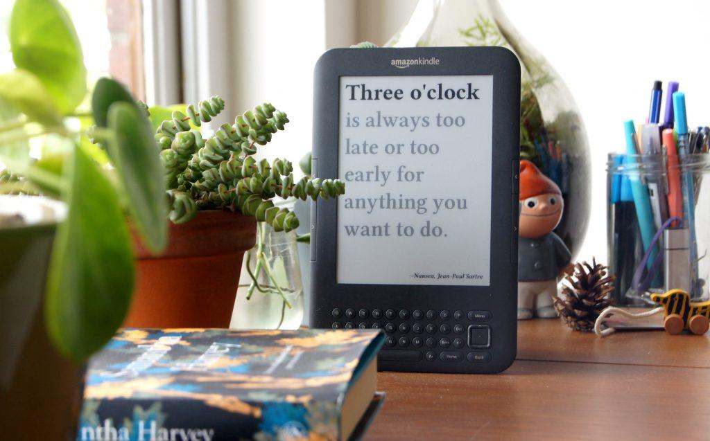 Literaire klok laat tijd zien met citaten uit boeken